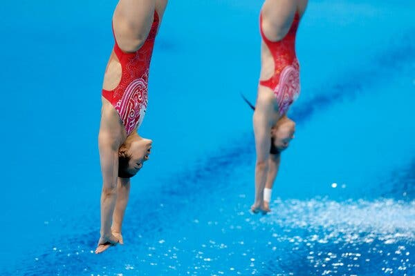 Shi Tingmao and Wang Han of China won gold in the women's three-meter springboard on Sunday, the first synchronized diving event of the 2020 Games.