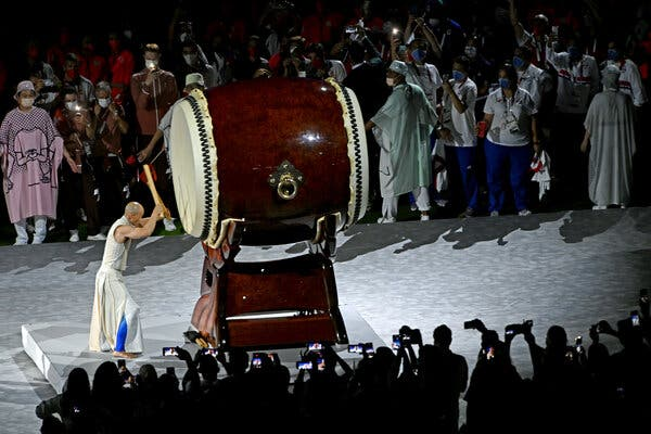 The moment of remembrance was commemorated by a dancer and a taiko drummer.